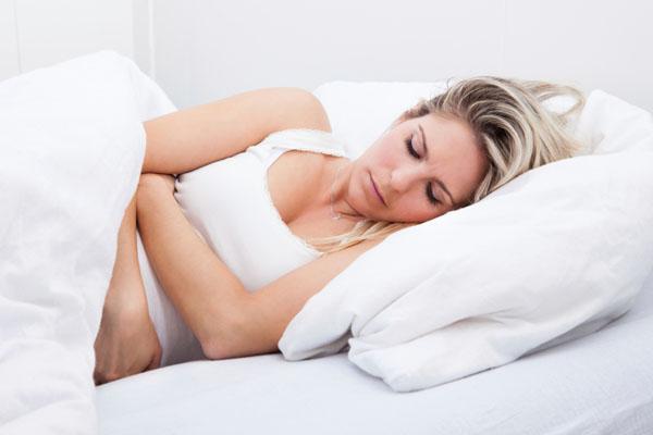 donna-con-dolori-mestruali